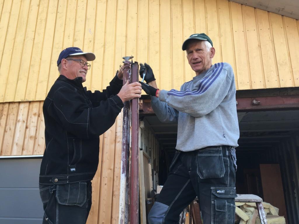 Hjälpande händer. Svenska seniorvolontärer hjälper till med reparation vid ett kristet hjälparbete i Marghita Rumänien. Till vänster Ingvar Sandolf från Rydaholm och till höger Anders Elander från Holsbybrunn. FOTO:EFI FADDER